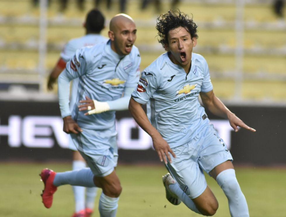Víctor Abrego (d) celebra el segundo gol de los locales.