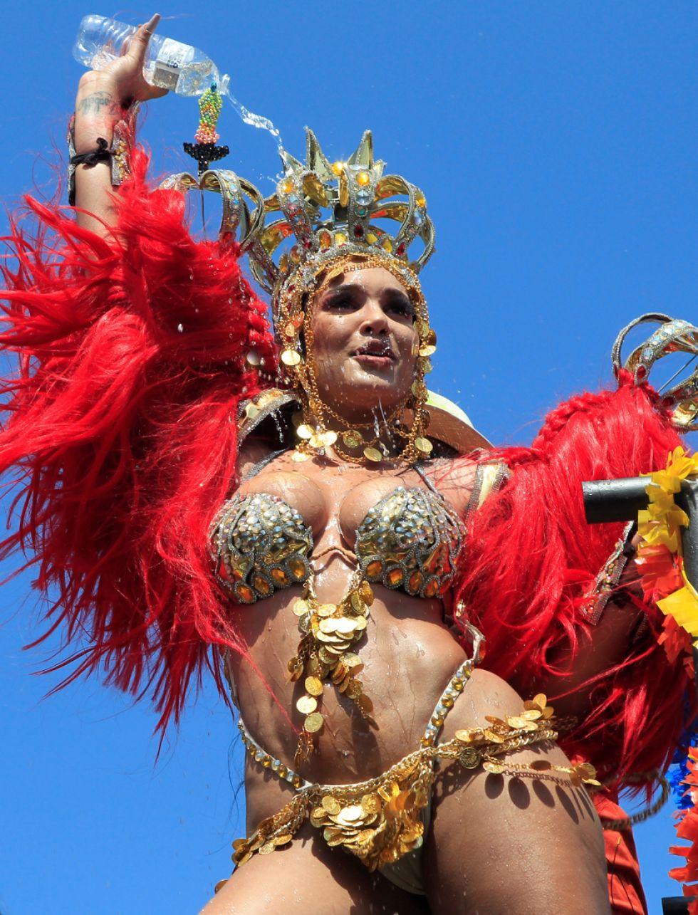 La reconocida influenciadora en redes sociales Andrea Valdiri desfila en la Batalla de Flores.