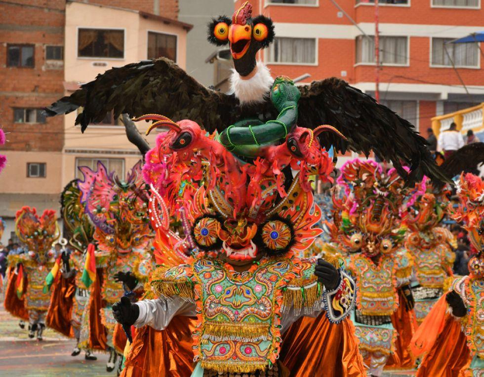 Un adorno con forma de cóndor es visto en una máscara de diablo en el Carnaval de Oruro.