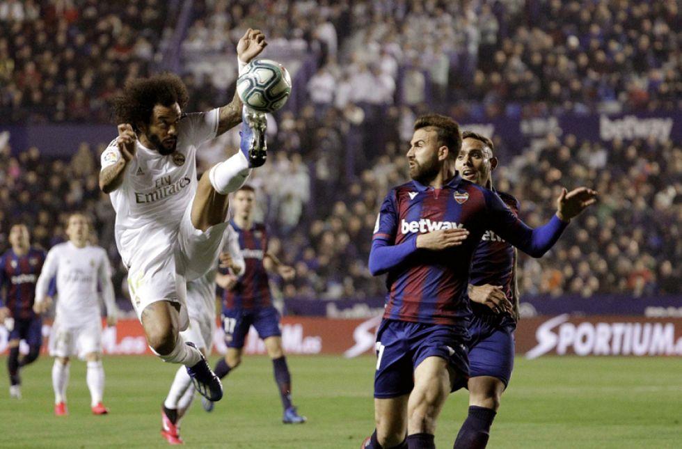 El jugador de Real, Marcelo, controla el balón.
