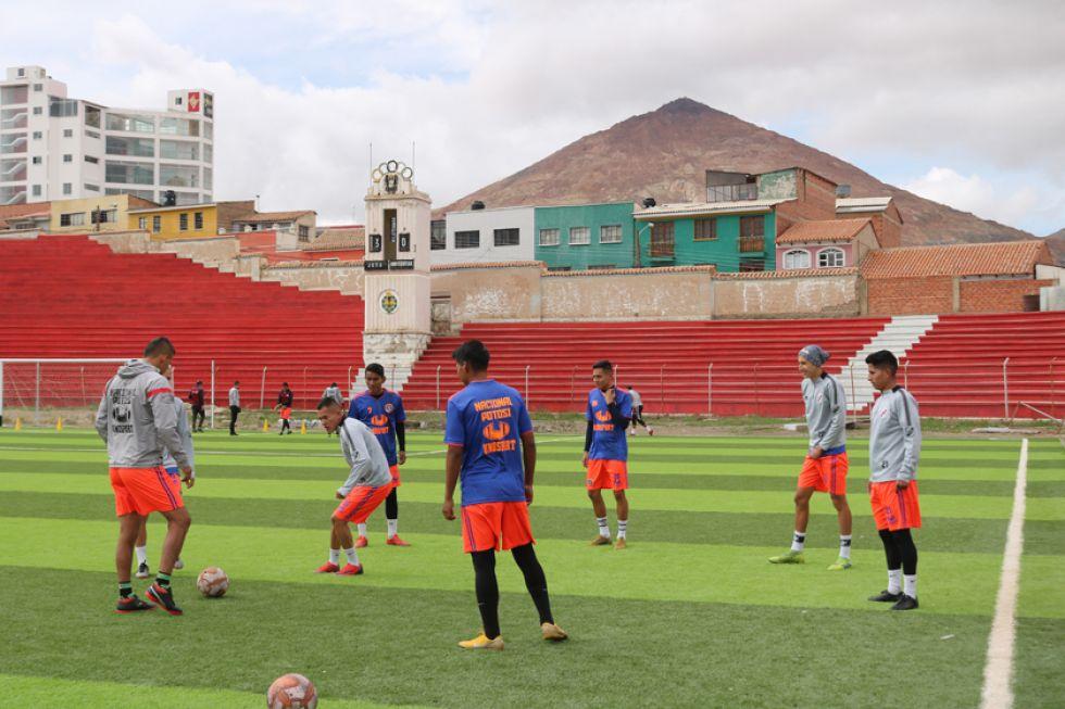 Los jugadores de la banda roja durante su entrenamiento.