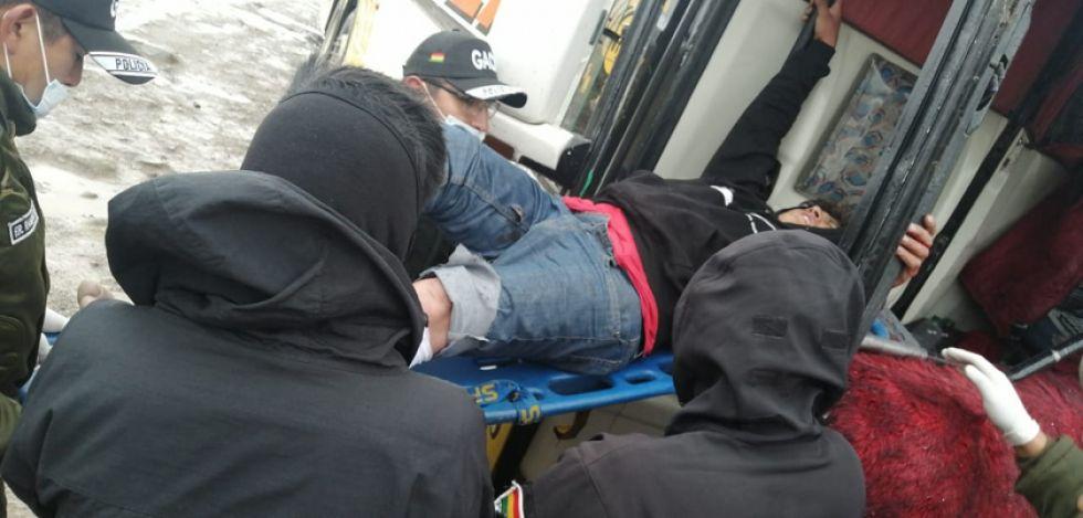 El chofer del bus es trasladado a una ambulancia.