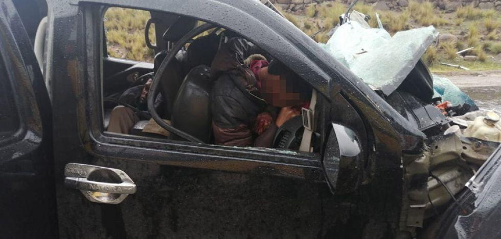 Una colisión frontal entre un bus y camioneta causa tres muertos