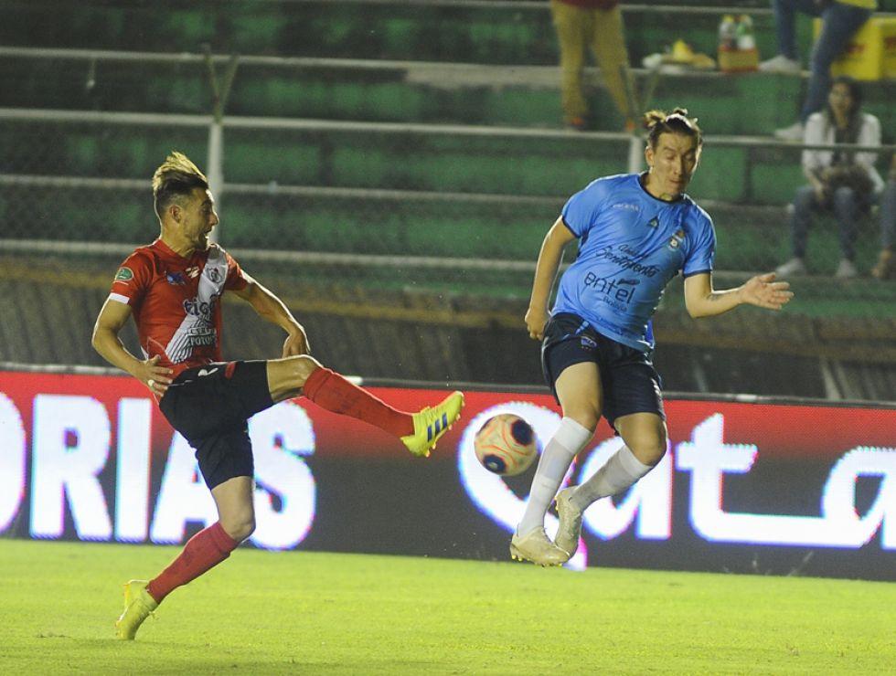 Paolo Jiménez (i) saca un remate ante la presión de un rival.