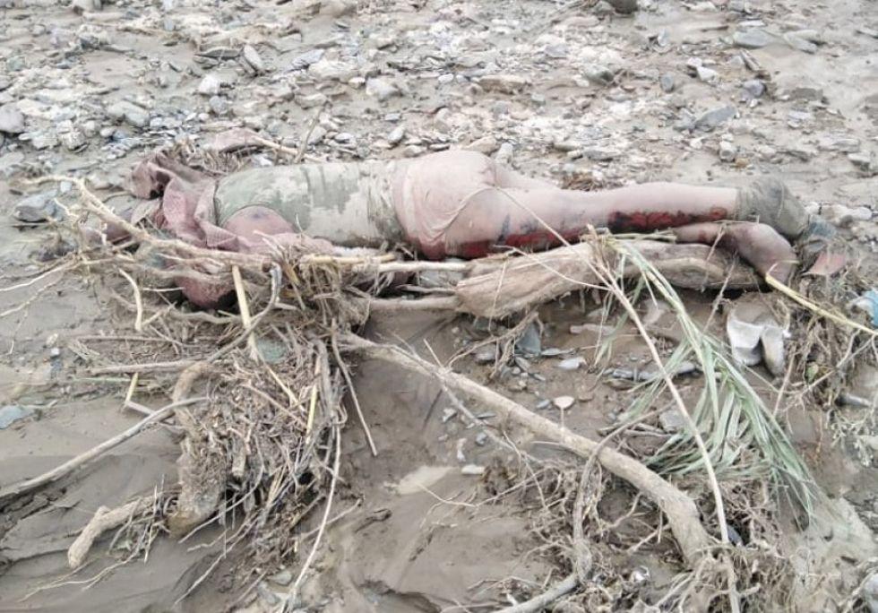 El cuerpo no identificado de un varón fue hallado en medio del lodo y las ramas de las plantas.