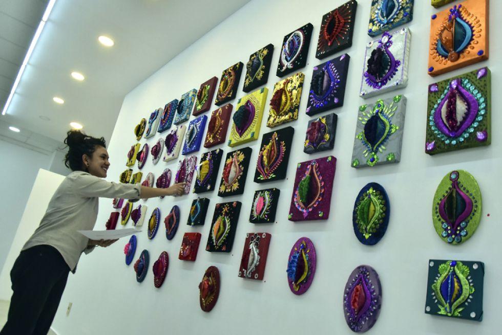 """El artista cubano Fabelo Hung posa delante de su obra """"Espiral""""."""
