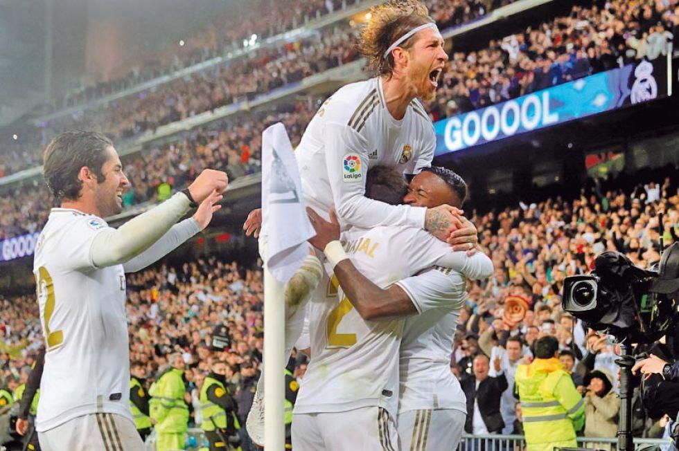 Los jugadores merengues festejan el gol de Vinicius.