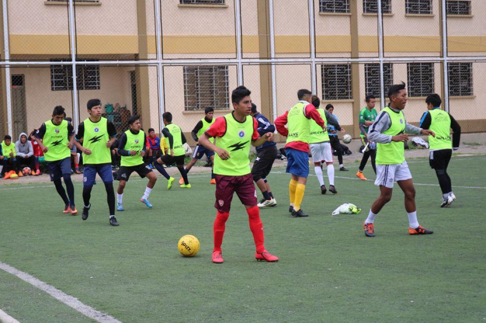 Los jugadores de la selección potosina de varones trabajan en la parte física.