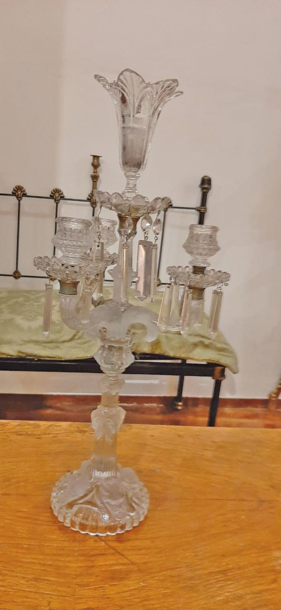 Un candelabro de cristal.