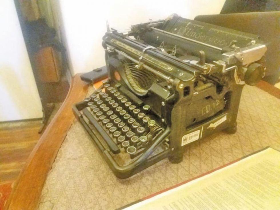 Una antigua máquina de escribir forma parte de la muestra.