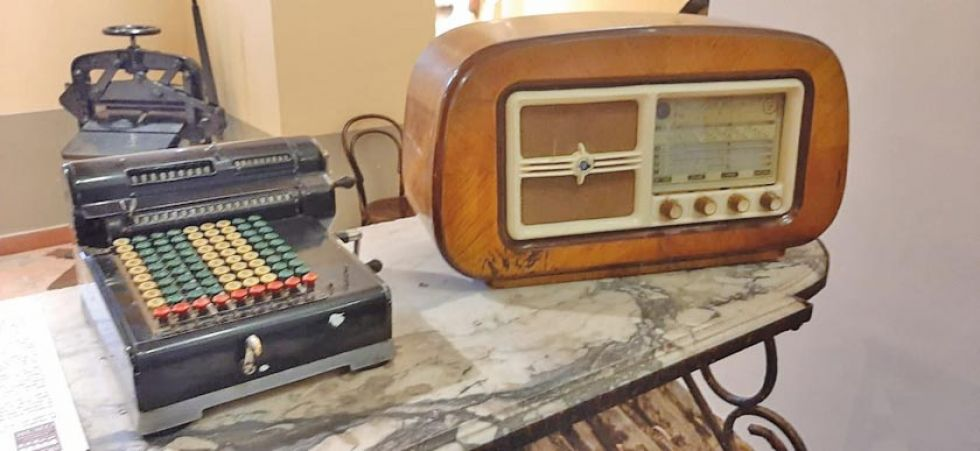 Una máquina calculadora y una radio.