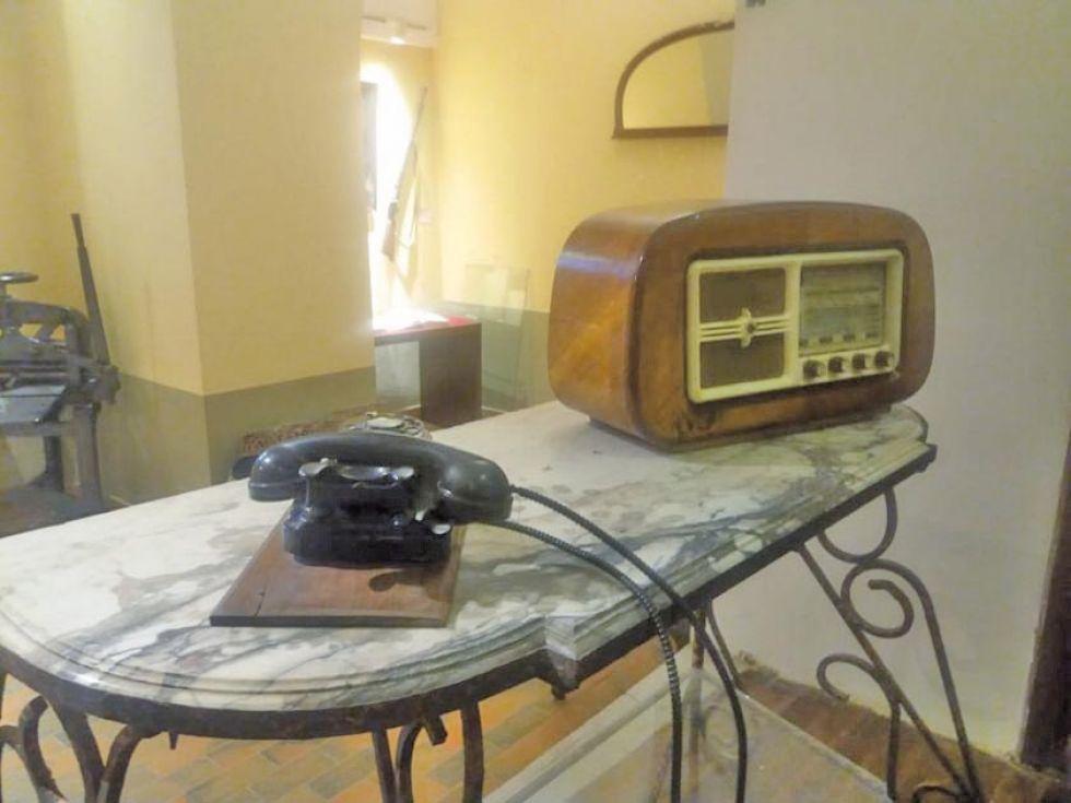 Una radio y un teléfono del siglo pasado.