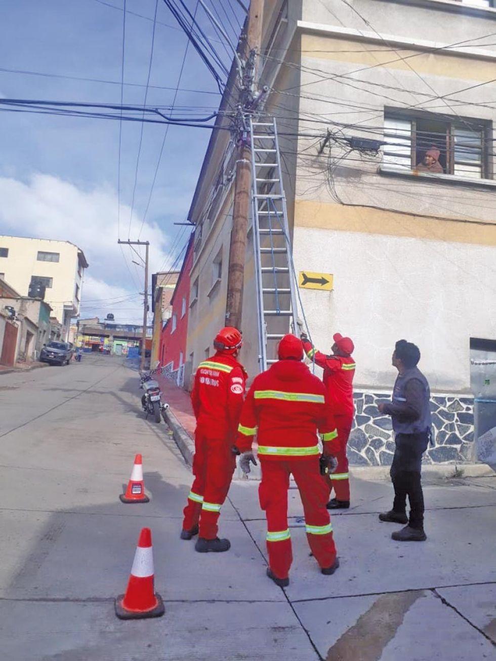 Los bomberos en el momento del rescate.