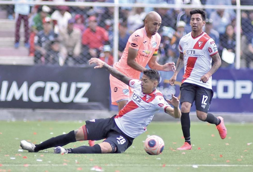 Nelson Cabrera se barre en busca del balón.