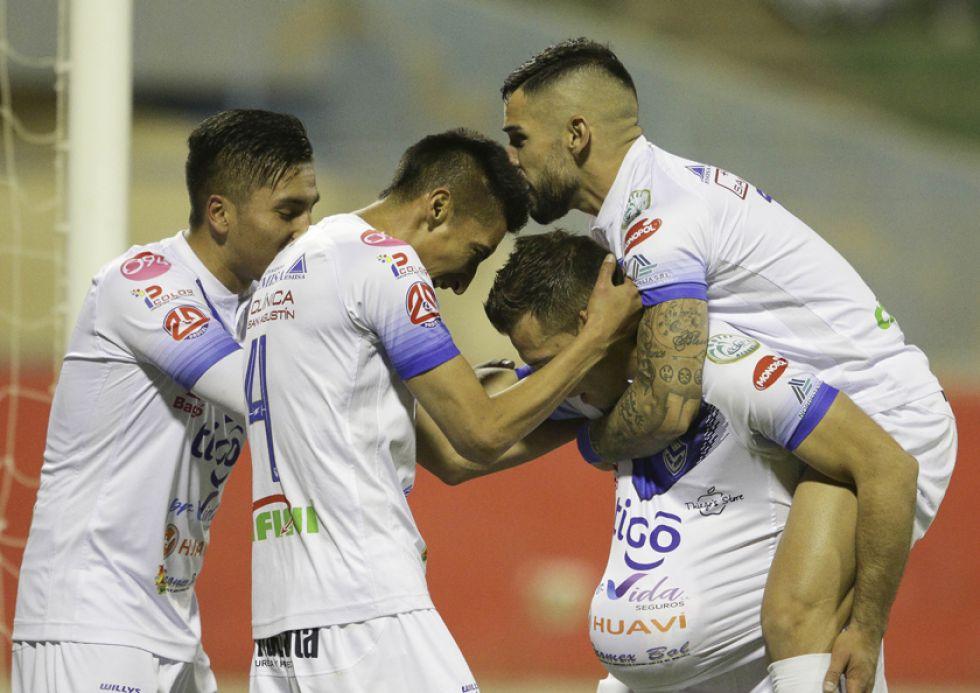Rodrigo Vargas, del cuadro santo festeja su gol con sus compañeros.