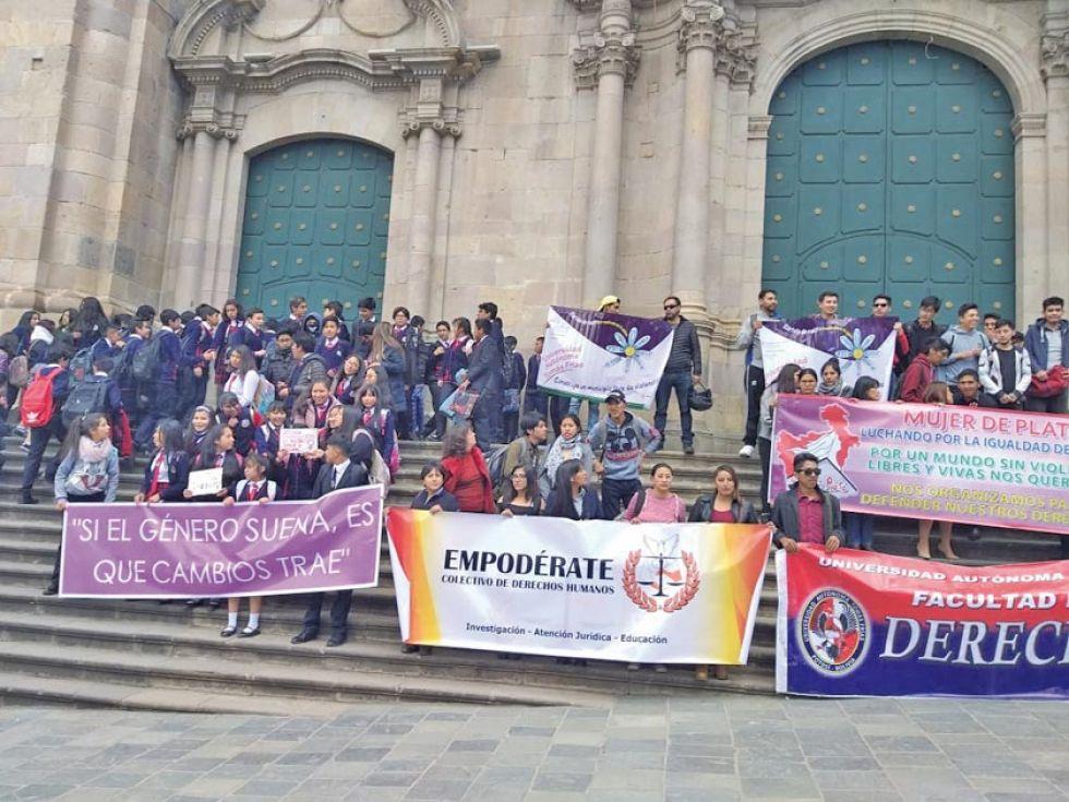Los colectivos en el atrio de la catedral.
