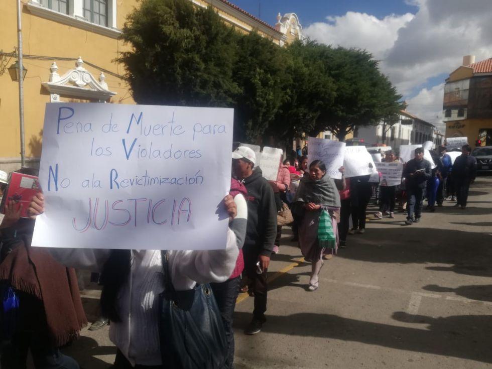 Las mamás y papás portan carteles de protesta pidiendo justicia.