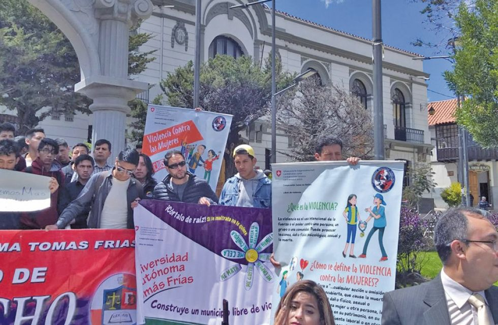 Hombres de Potosí se suman a lucha de mujeres