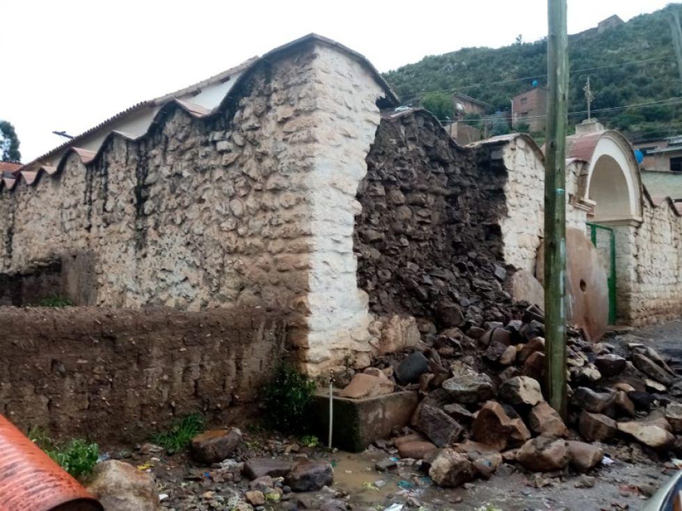 Presenta daños en el muro.