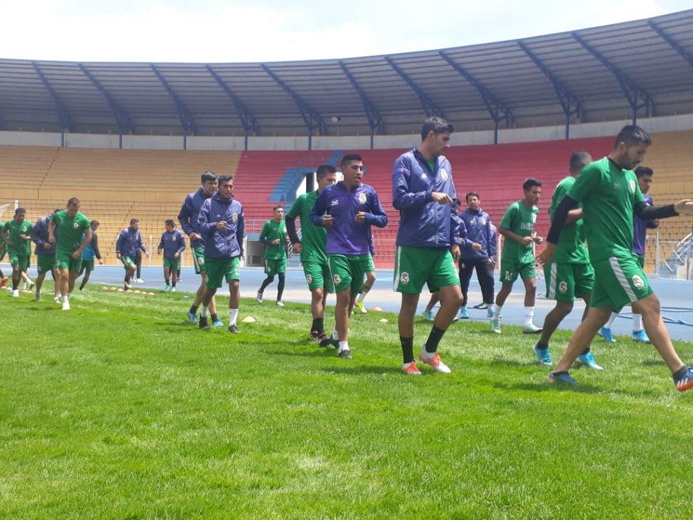Entrenan en estadio Víctor agustín Ugarte.