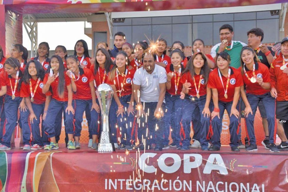 La selección potosina celebra el título de campeona del certamen.