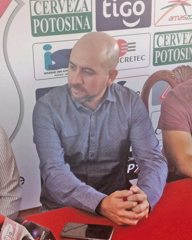 El técnico chileno.