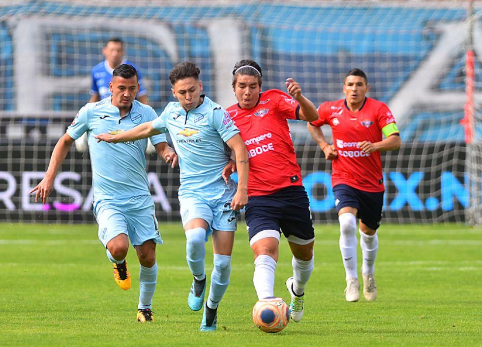 Imanol Cárdenas y Sebastián Galindo pelean por el balón.