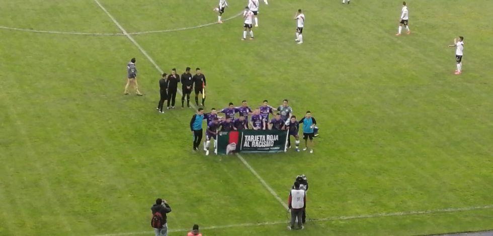 El partido se juega en un estadio vacío.