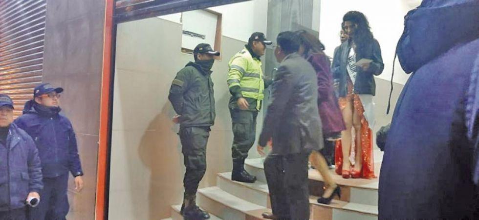 Desalojaron a los ocupantes de la elección de Miss Potosí.