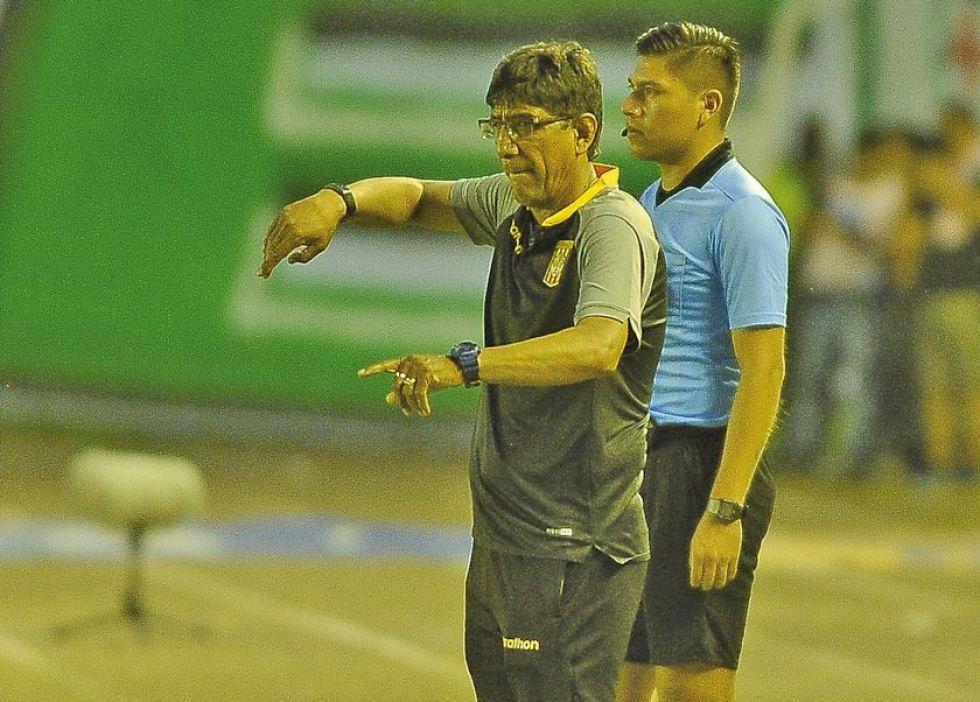El entrenador potosino Alberto Illanes da algunas indicaciones.