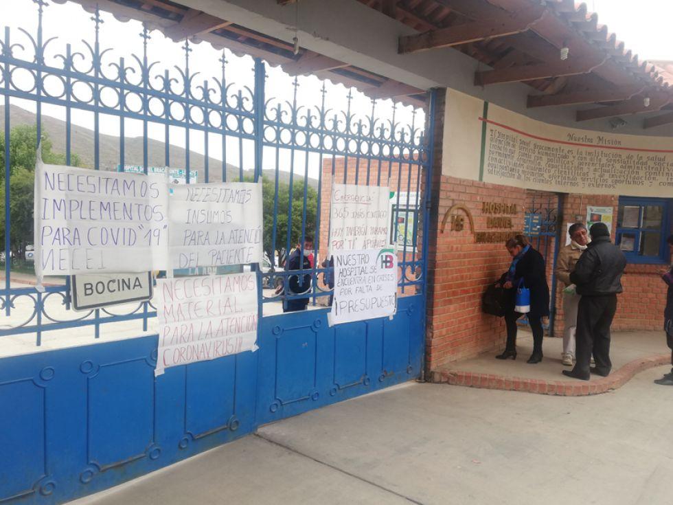 Los carteles en las puertas del Hospital Bracamonte demandan insumos.