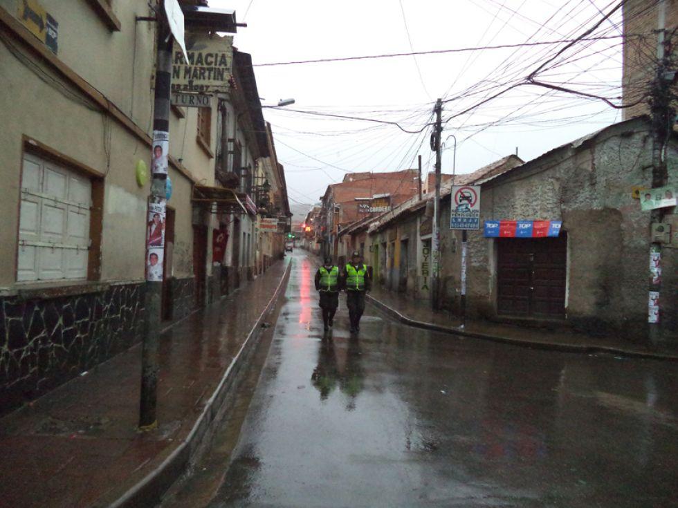 La Policía patrulla las calles, desde las 17:00, por 12 horas.