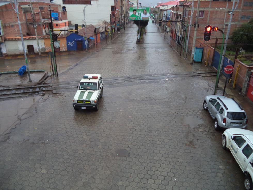Las patrullas se desplazaron por la ciudad para controlar que no hayan transeuntes.