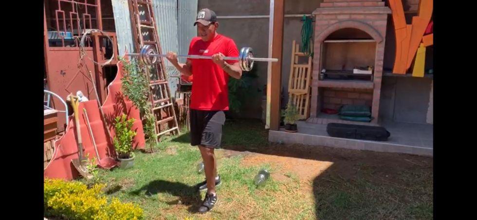 Gustavo Salvatierra entrenando en su domicilio.