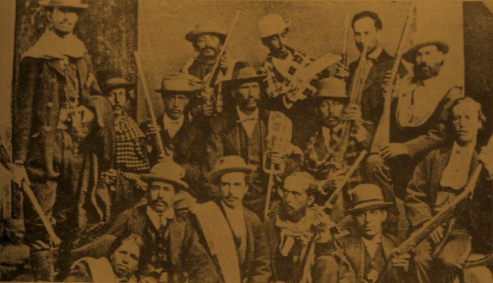 El coronel Rufino Carrasco rodeado de sus francotiradores.