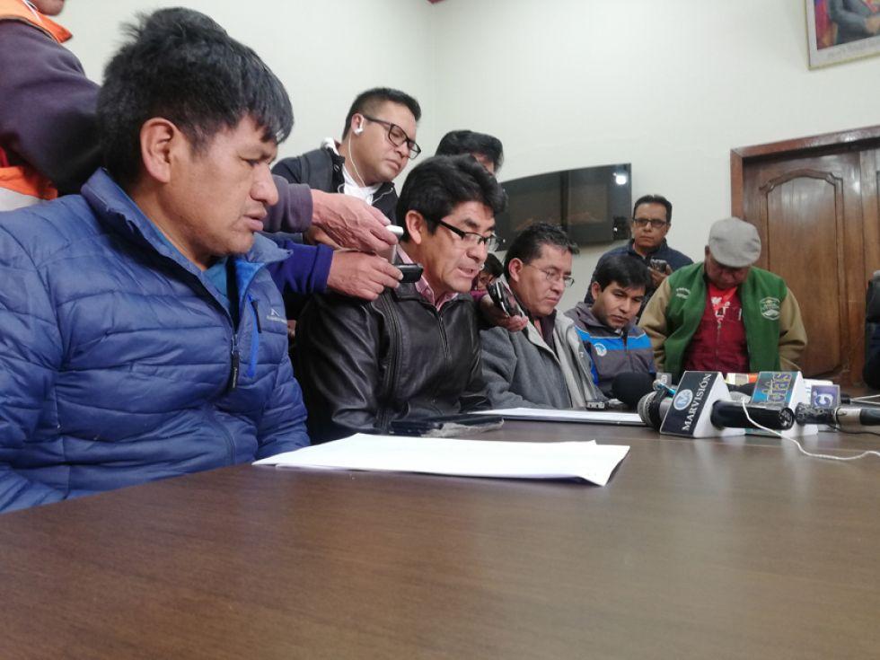 El gobernador y sus secretarios ayer en conferencia de prensa.
