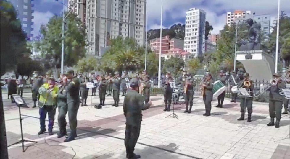 """Banda de la Policía alienta con la canción """"Resistiré"""""""