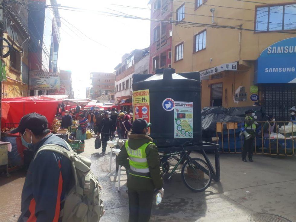 Hay mucha gente en la calle en la mañana del lunes