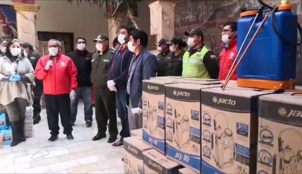 Los dirigentes de la banda roja durante la entrega de los 50 tanques de aspersión.