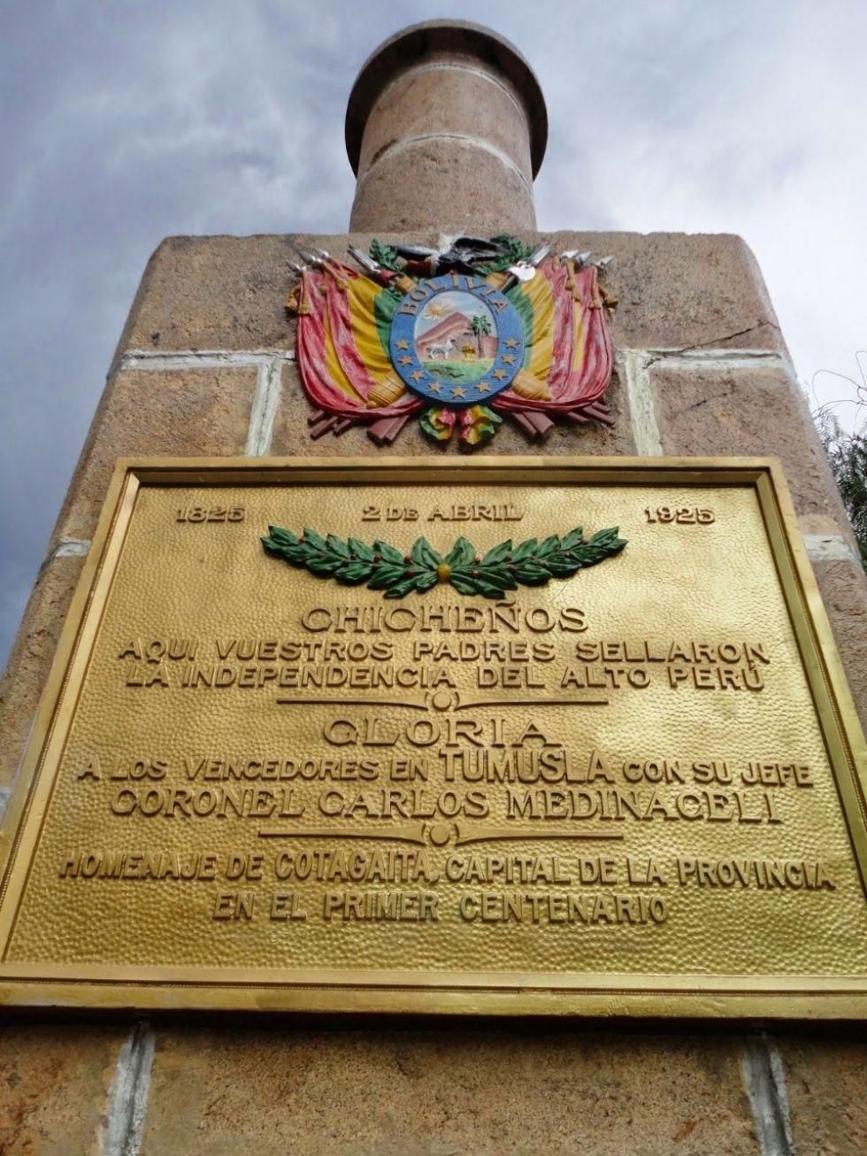 Columna de homenaje en Tumusla.