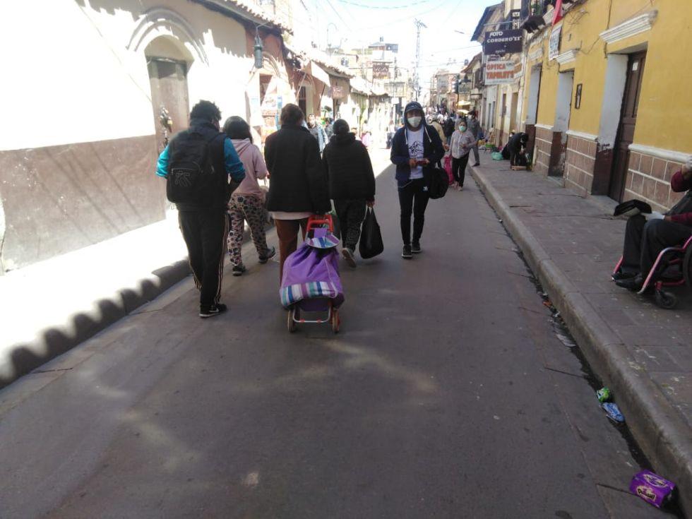 La gente se da modos para transportar productos