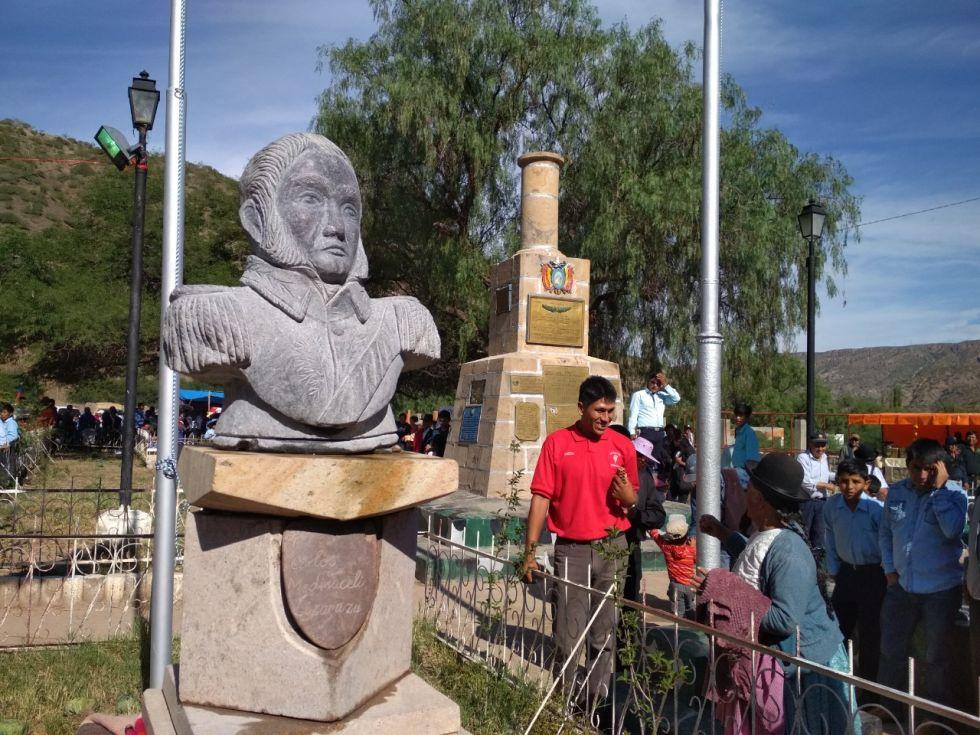 Busto de Carlos Medinaceli en Tumusla. Al fondo está la columna de homenaje.