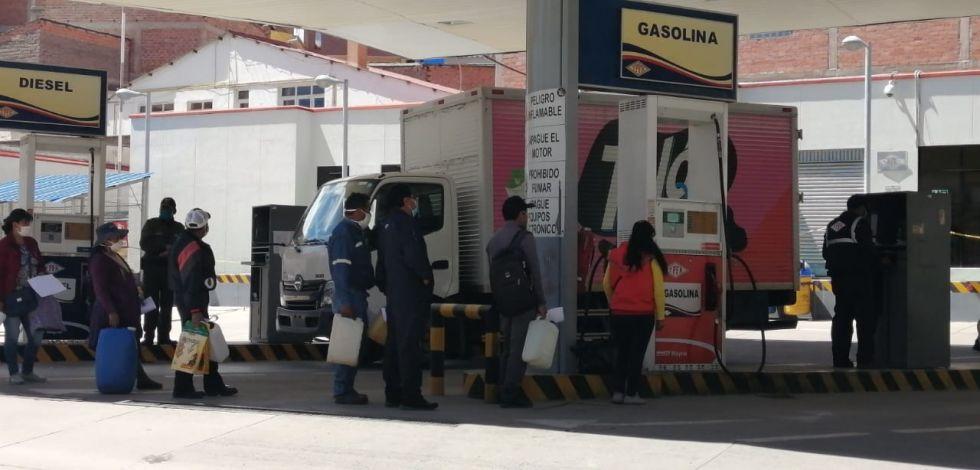 Hay largas filas para comprar gasolina en bidón