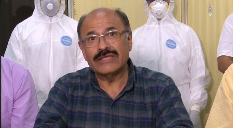 El titular del Ministerio de Salud, Aníbal Cruz, en conferencia de prensa.