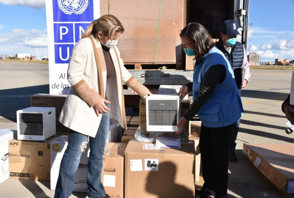 La presidenta Jeanine Añez recibe los laboratorios.