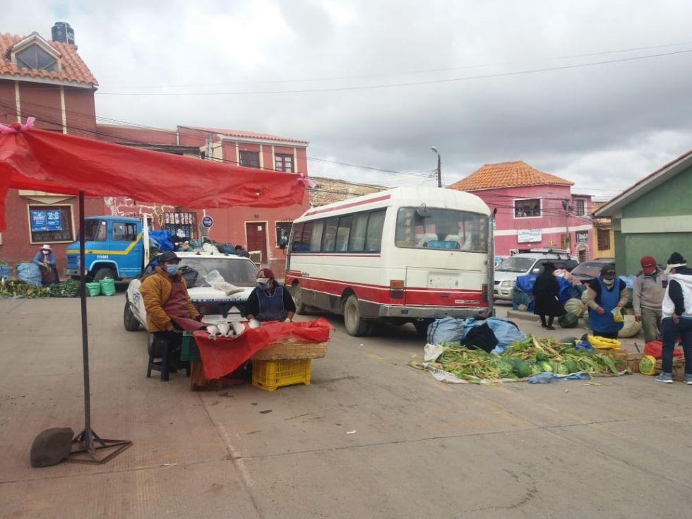 Los productos se ofrecen en el mercado de la zona alta.