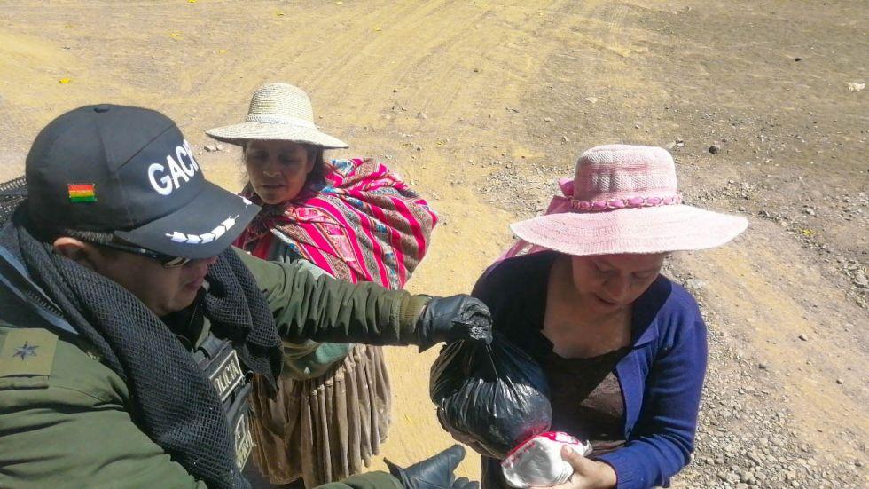 Para llegar al lugar, pasaron un río y caminaron hasta llegar al hogar de los que necesitaban alimentos. FOTO GACIP