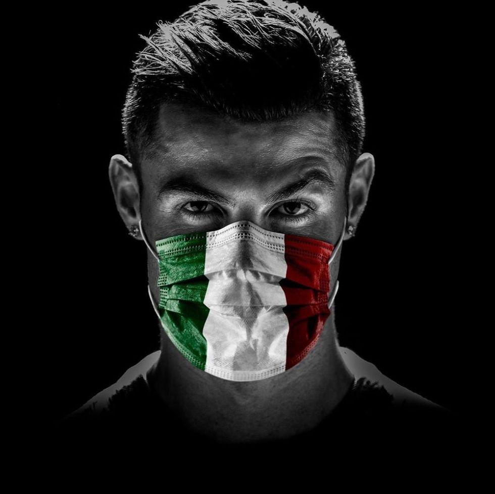 Ronaldo con un barbijo con la imagen de la bandera de Italia.