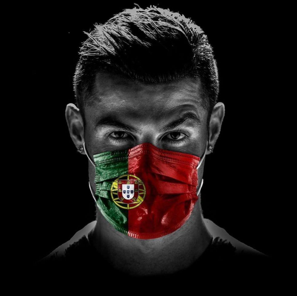 Ronaldo con un barbijo con la imagen de la bandera de Portugal.