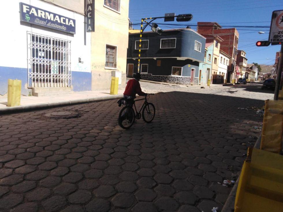 Este adulto mayor recorrió 35 kilómetros en bicicleta para llegar a la ciudad y recoger su Renta Dignidad.